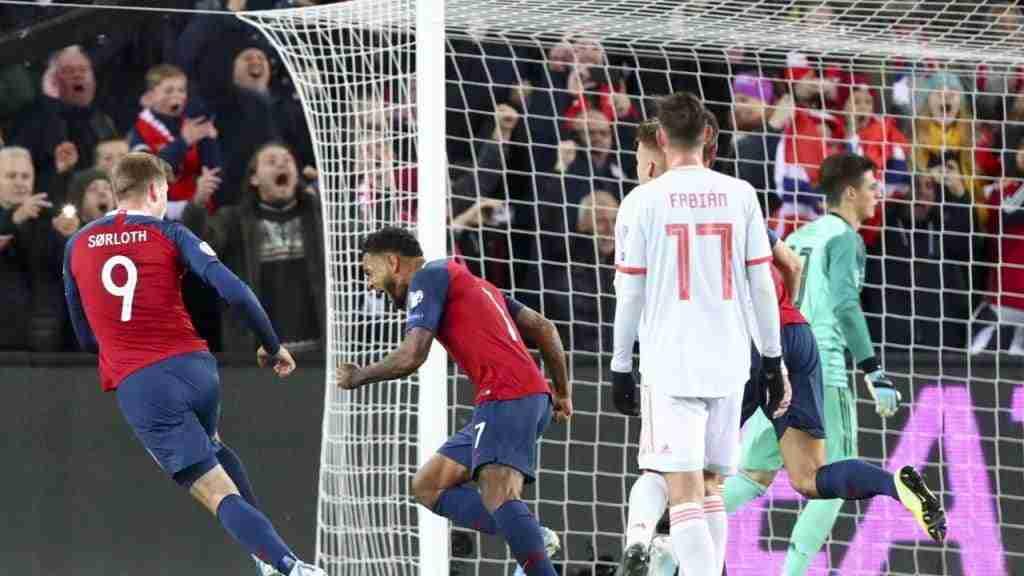 Joshua King celebra penalti Noruega España