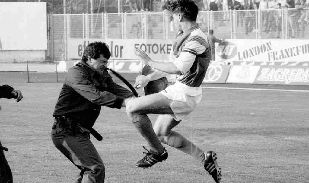 Boban pelándose con la polícia yugoslava