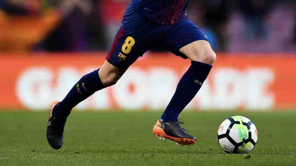 Andrés Iniesta conduce el balón