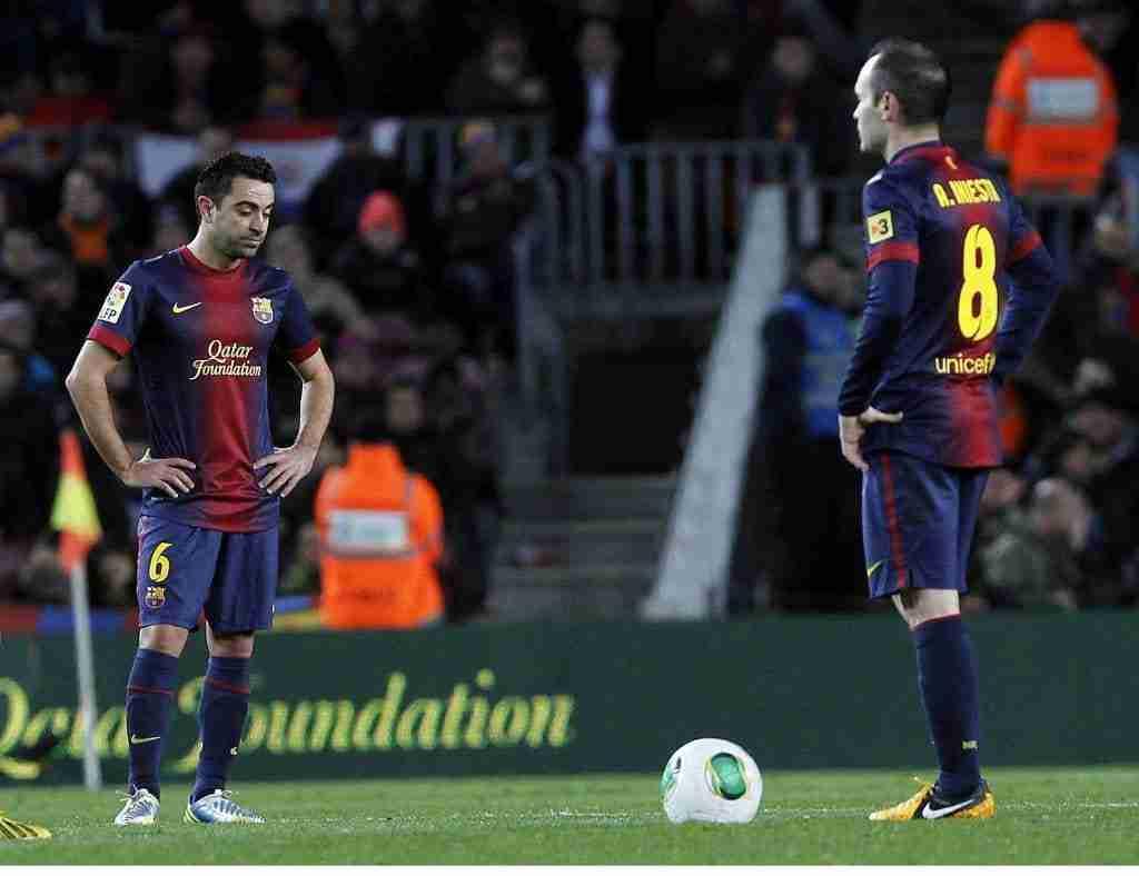 Xavi Hernández e Iniesta sacan de centro Barcelona