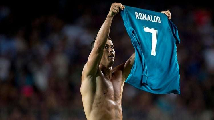 Cristiano Ronaldo enseña camiseta Madrid