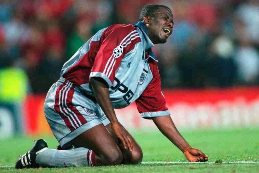 Samuel Koffour llora tras perder la final de la Champions League de 1999