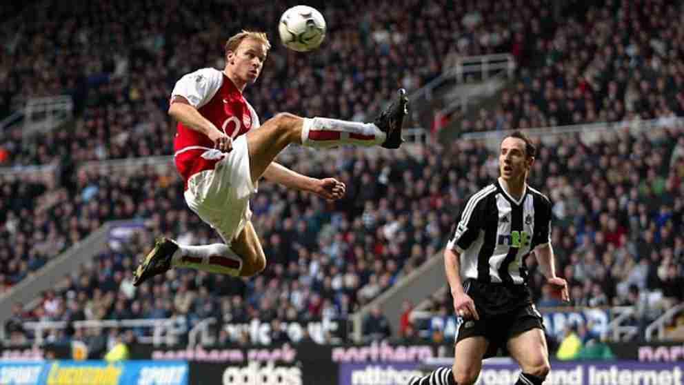 Dennis Bergkamp controla balón Arsenal Newcastle