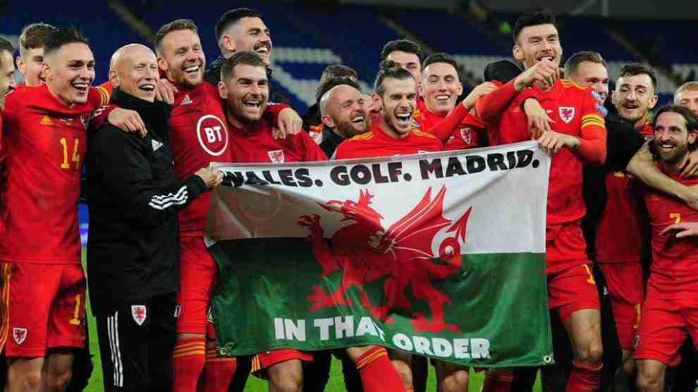 Gareth Bale posa con la bandera de Gales