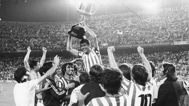 Rogelio Sosa alzando la Copa del Rey
