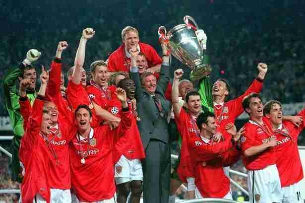 Alex Ferguson y sus jugadores levantando la Liga de Campeones de 1999
