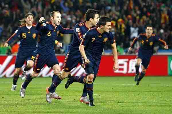 Villa, Cesc, Iniesta, Ramos y al fondo Xavi celebran el gol ante Paraguay en el Mundial 2010