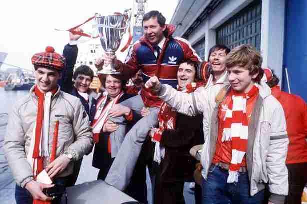 Alex Ferguson levantado a hombros por aficionados del Aberdeen FC con la Recopa de 1983