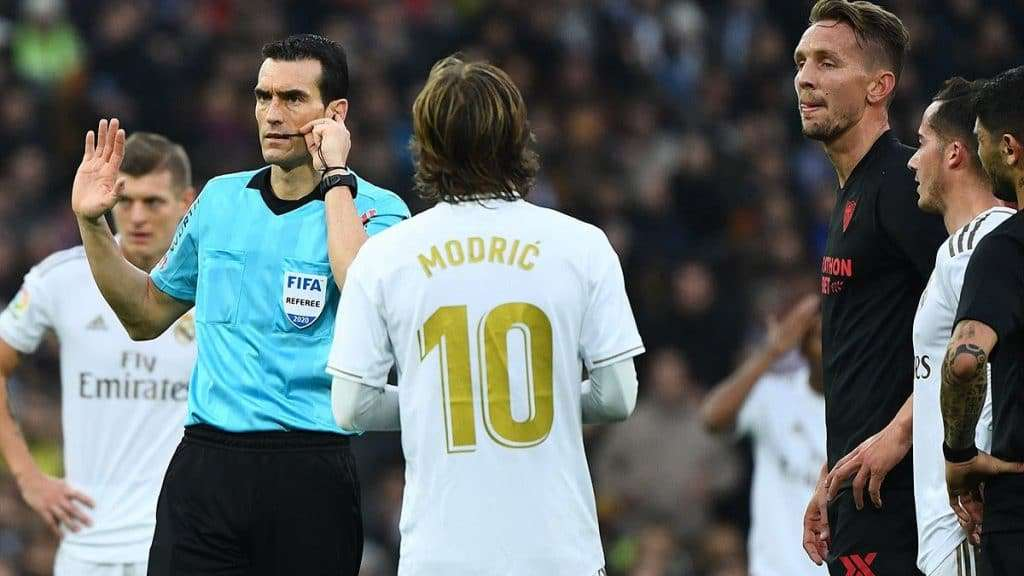 Matínez Munuera consulta el VAR de forma errónea antes de anular un gol legal al Sevilla en el Santiago Bernabéu.