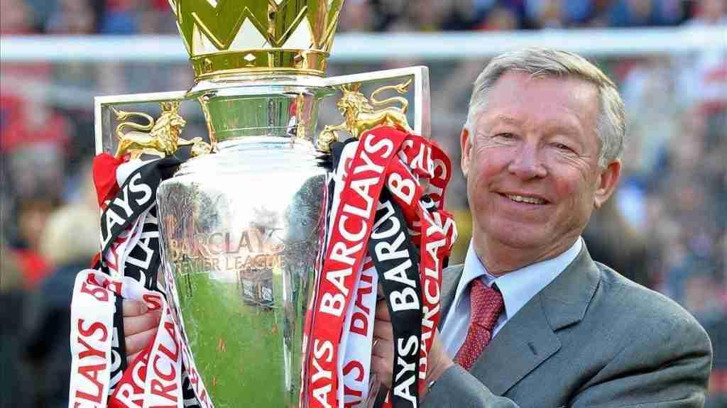 Sir Alex Ferguson con la copa de la Premier League del 2011